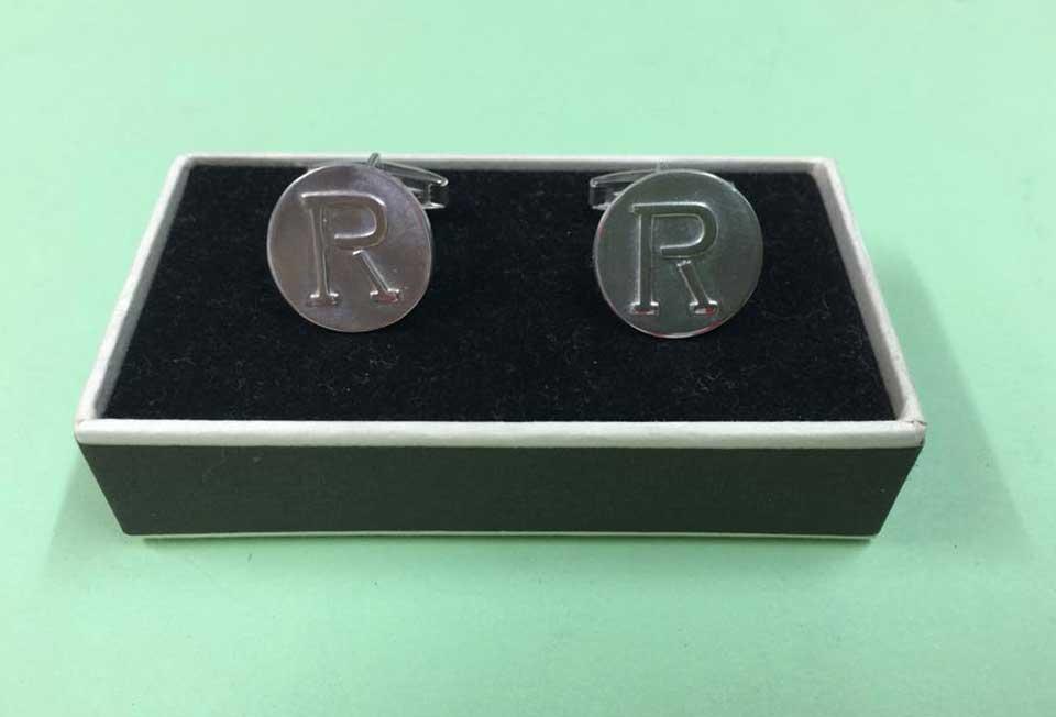 Botones de Plata-gemelos-fondo-liso-hierro-peralta