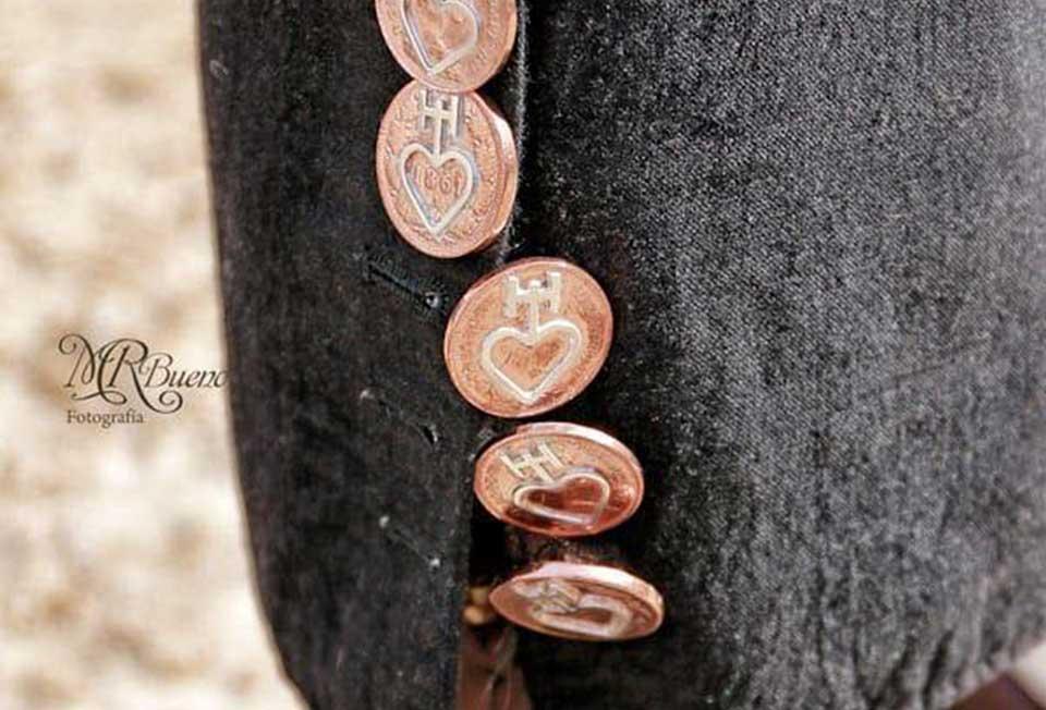 Botones de Plata-caireles-e-forma-de-boton-sobre-monedas-de-cobre-puestos