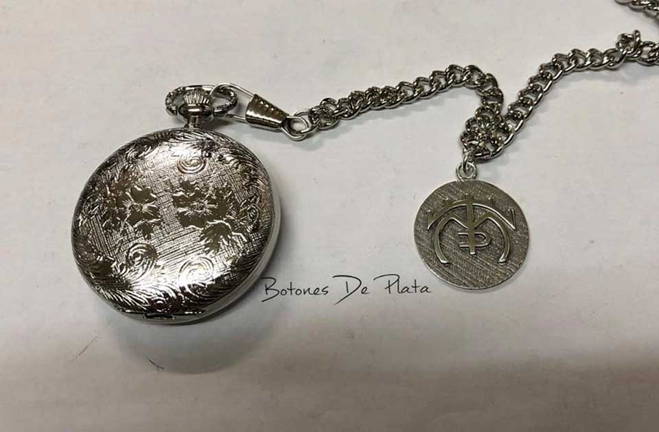 botones de plata-reloj-de-bolsillo-labrado-y-chapa-de-plata-personalizada